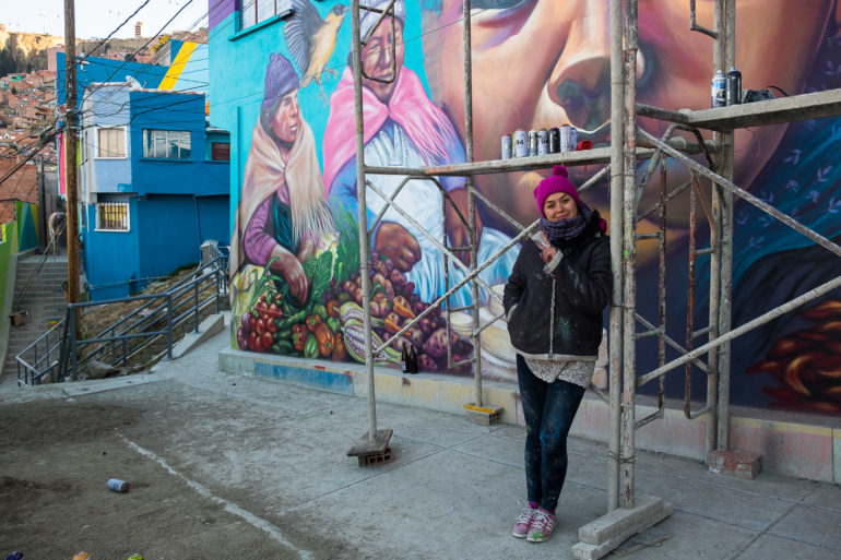 Knorke Leaf przed muralem, nad którym aktualnie pracuje