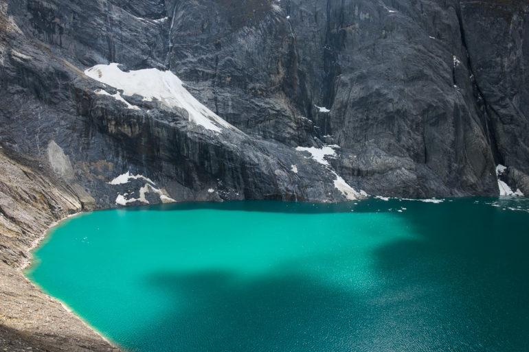 Jezioro Gangrajanca, jedno z trzech w okolicy pomiędzy Yerupajá i Siula Grande