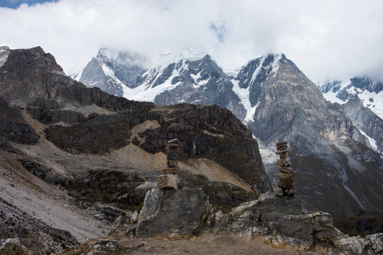 Z przełęczy Siula staramy się wypatrzeć szczyt Siula Grande (6344 m) jest w chmurach