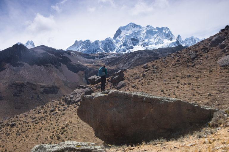 Mały kamyczek i duża Yerupajá (6635 m), drugi pod względem wysokości szczyt w Peru