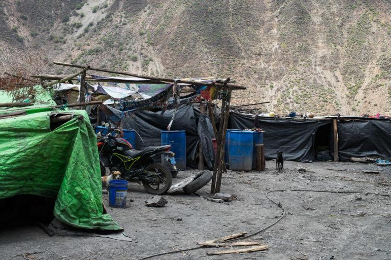Prowizoryczne baraki dla pracowników niezbyt legalnej kopalni w Peru