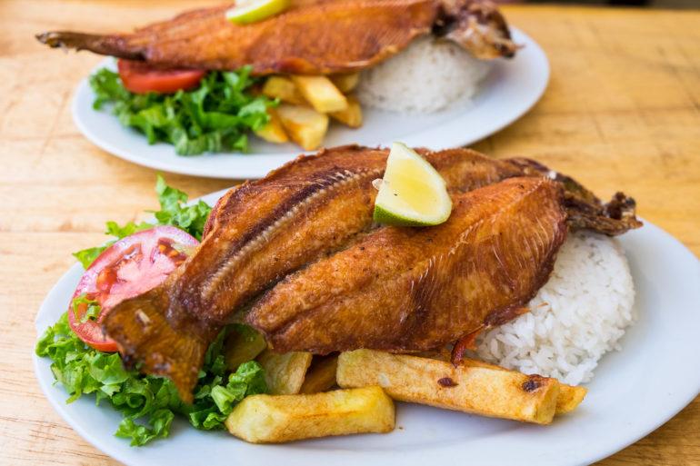 Ryż na każdym peruwiańskim talerzu. Dla odmiany zamiast kurczaka rybka, oczywiście w głębokim tłuszczu, tak jak frytki.