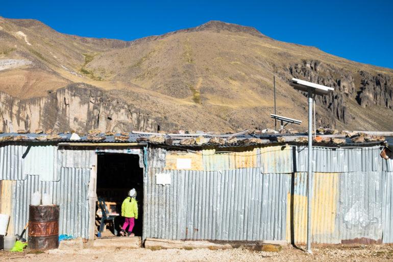 Wioska w Peru na dużej wysokości. To nie jest osada tymczasowa. Zimno, domy z blachy, ale słońce już świeci, więc to dobry czas na mycie włosów