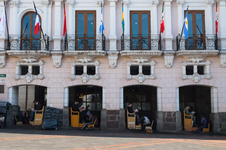 Stanowiska pucybutów na Plaza Grande
