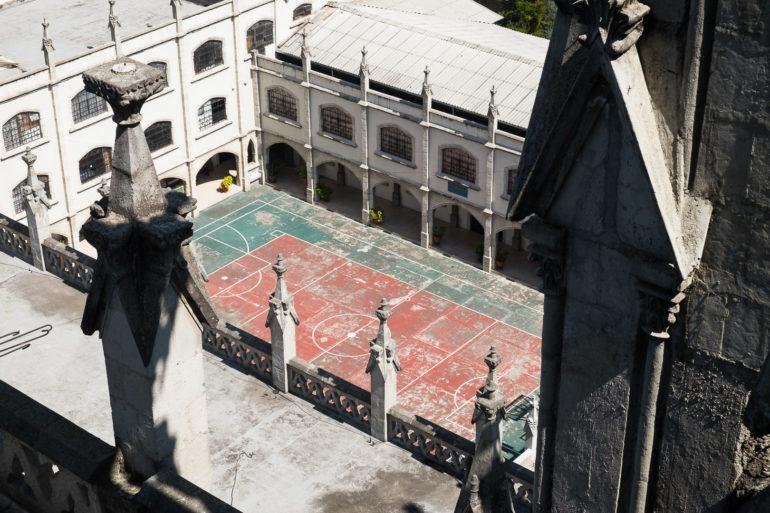 Rzut oka w dół z wieży Basilica del Voto Nacional