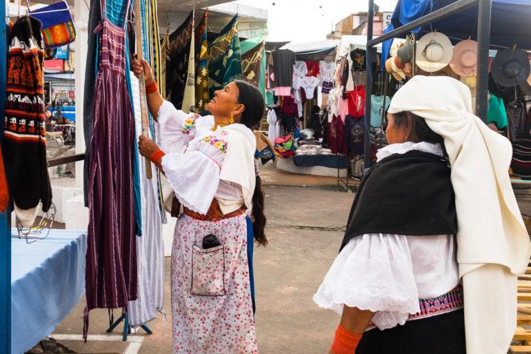 Indianki porządkujące swoje wyroby na targu tekstyliów i rękodzieła