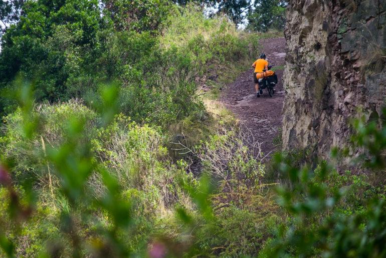 Wymagająca droga na odludziu. W tej części Kolumbii nie ma płaskich dróg