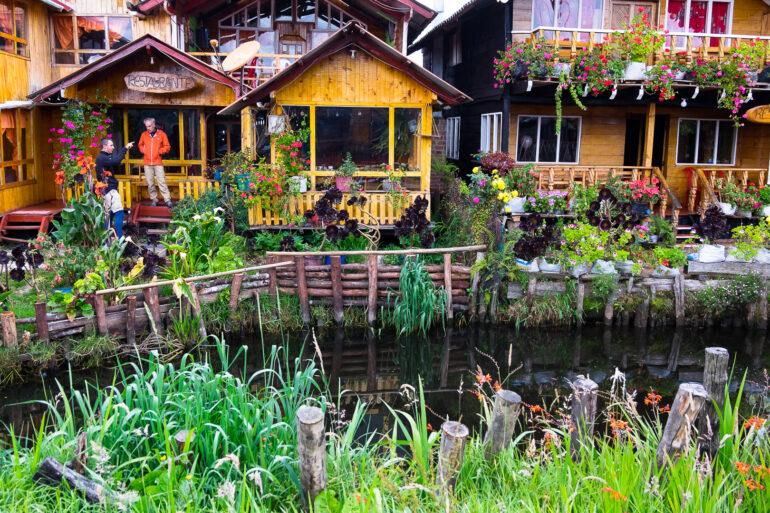 Skrzypiący dom na domie nad jeziorem La Cocha w Kolumbii