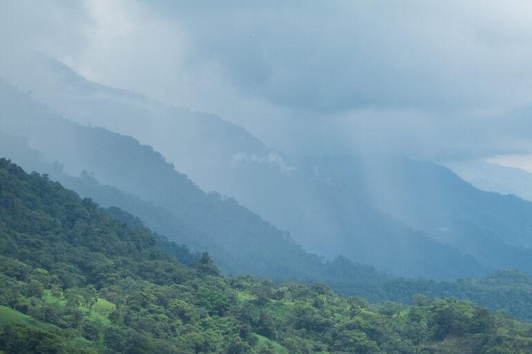 Warstwy kolumbijskich gór i chmur. Z takim widokiem zjeżdżaliśmy do Mocoa z trampoliny śmierci